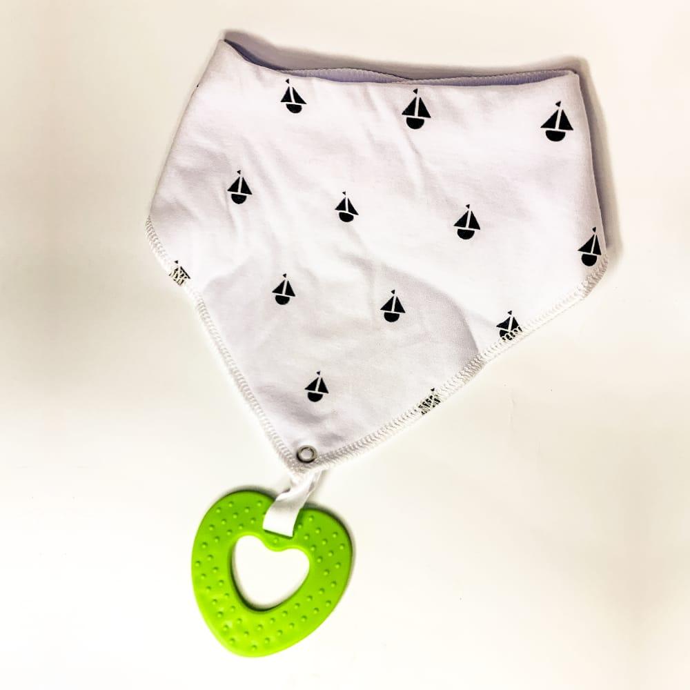 Bandamka dziecięca z gryzakiem. Kolor bandamki biały z zielonym gryzakiem.