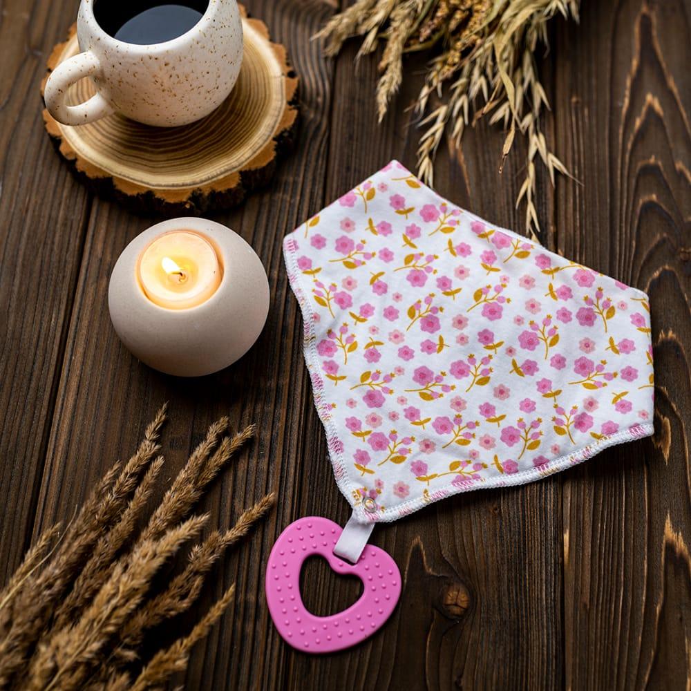 Bandamka dziecięca z różowym gryzakiem.